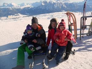 Familienfoto vom Rodeln