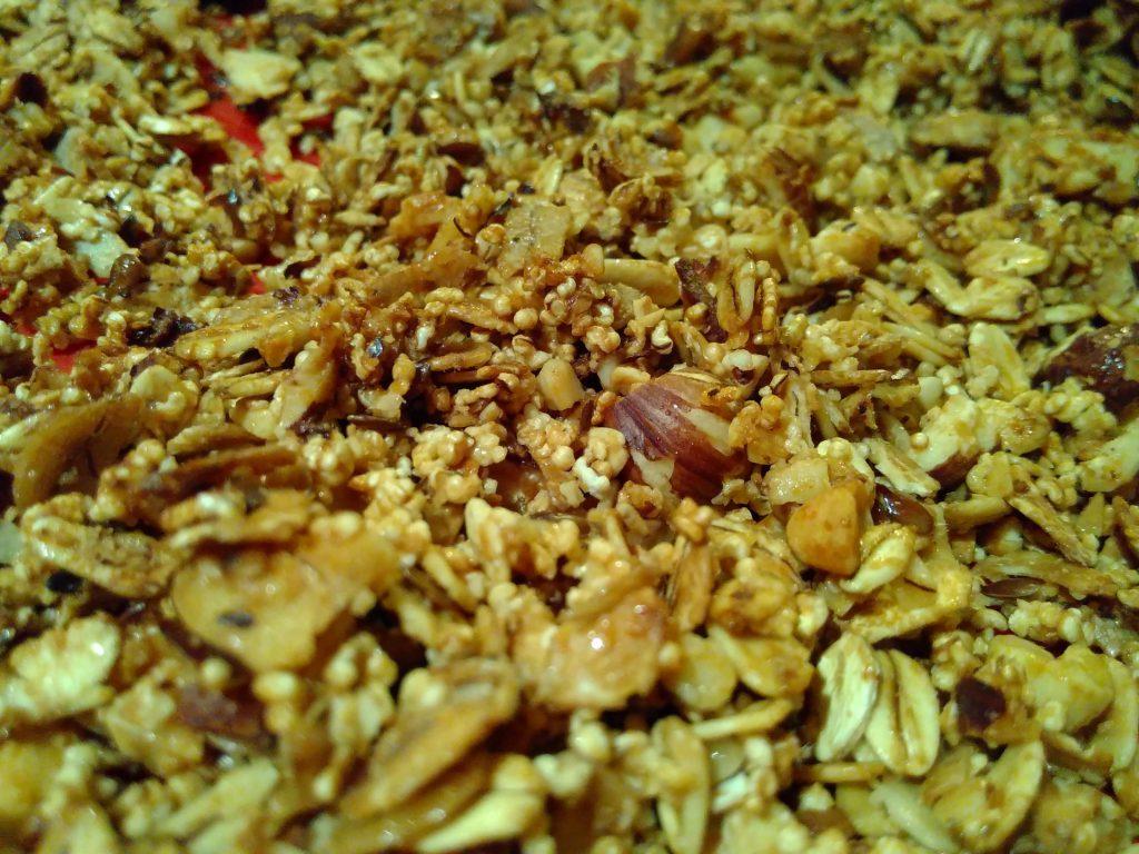 Müsli selbermachen ist nicht schwer, mit wenigen Zutaten und einem Backofen hat man schnell ein leckeres Frühstück